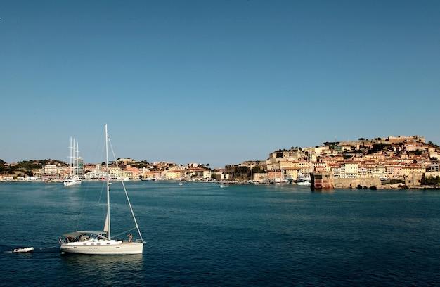 Porto con barche durante il giorno in toscana, italia Foto Gratuite