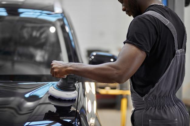 자동차 수리 서비스에서 열심히 일하는 자동차 정비사 노동자 연마 자동차 프리미엄 사진