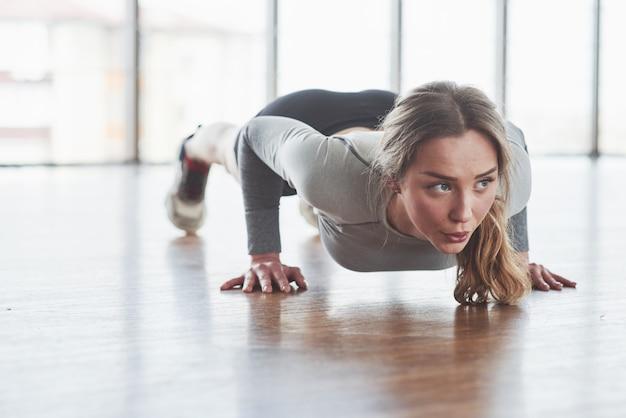 Laborioso. la giovane donna allegra ha una giornata di fitness in palestra al mattino Foto Gratuite