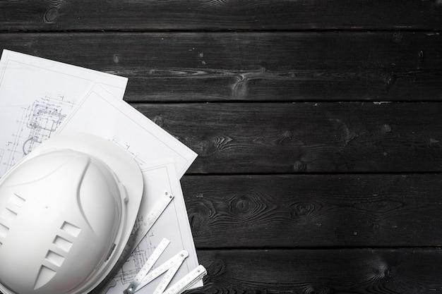 Hardhat과 나무 평면도에 건축가의 청사진 프리미엄 사진
