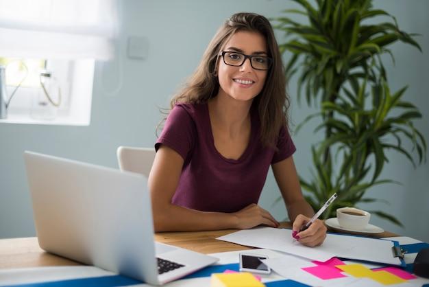 열심히 일하는 여자는 피곤해 보이지 않는다 무료 사진