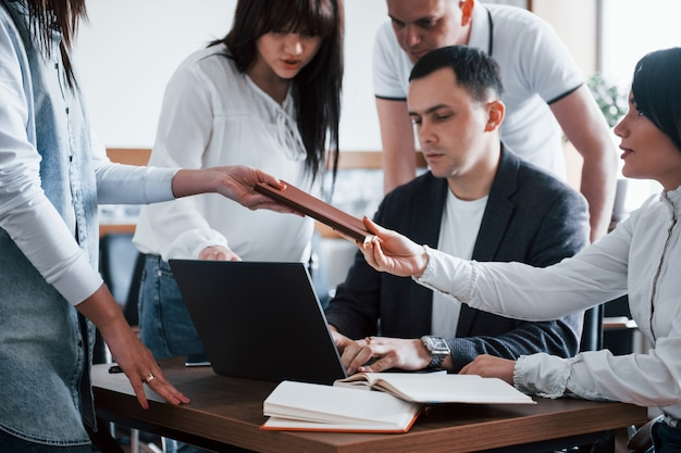 Встречаемся. деловые люди и менеджер работают над своим новым проектом в классе Бесплатные Фотографии