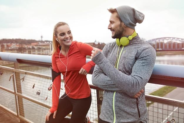 パートナーにジョギングをさせるのはもっと楽しいです 無料写真