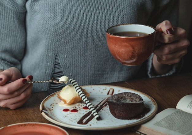 Having coffee with cream brulee and cocoa fondue Free Photo
