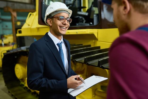 Having small talk with inspector Premium Photo