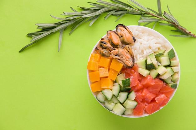 Гавайский тыквенный салат на зеленом фоне Premium Фотографии