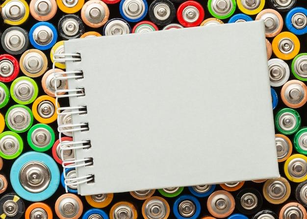 Rifiuti pericolosi per lo spazio della copia delle batterie della natura Foto Gratuite