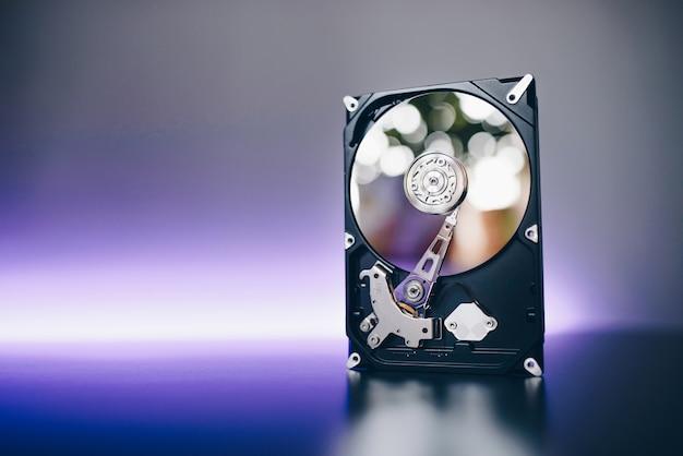 Демонтированный жесткий диск с компьютера, hdd с зеркальным эффектом. Бесплатные Фотографии