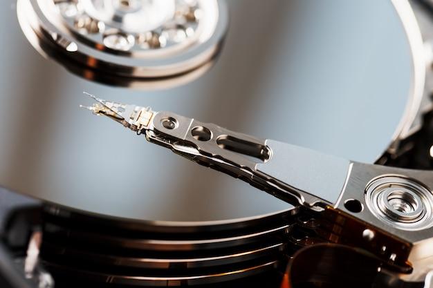 コンピューターから取り外したハードドライブ、ミラー効果のあるhdd Premium写真