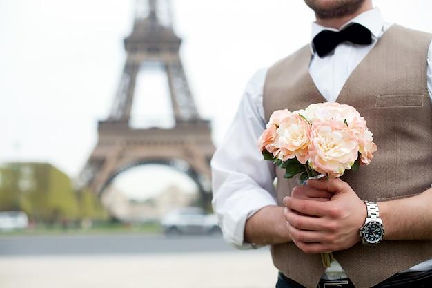 He bride holding a bouquet Premium Photo