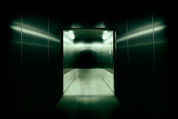 그는 엘리베이터 문을 사무실 건물에서 영혼으로 만들거나 불멸의 영혼을 소유했습니다. 고속 셔터 블러 및 줌 효과를 사용했습니다. 프리미엄 사진