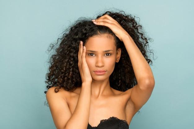 頭と肩の美しさの肖像画の黒い女の子 Premium写真