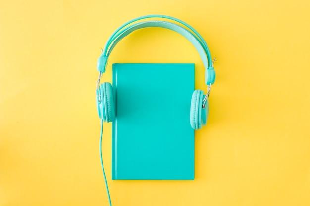 Headphonesplaced on diary Premium Photo