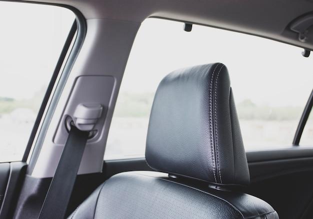 Подголовник из черного кожаного автокресла в седане класса люкс. Premium Фотографии