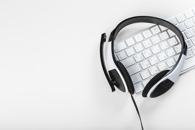 Headset on keyboard computer laptop Premium Photo
