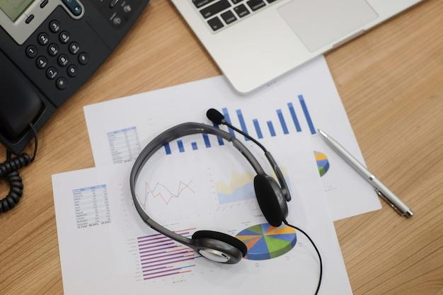 コールセンターのヘッドセット、コンピュータオフィスのホットライン Premium写真