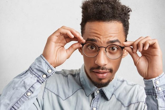 Выстрел в голову афроамериканского стильного модного молодого человека в круглых очках Бесплатные Фотографии