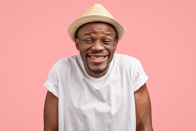 Выстрел в голову веселого позитивного веселого смуглого мужчины, радостно хихикающего, с комическим выражением лица Бесплатные Фотографии