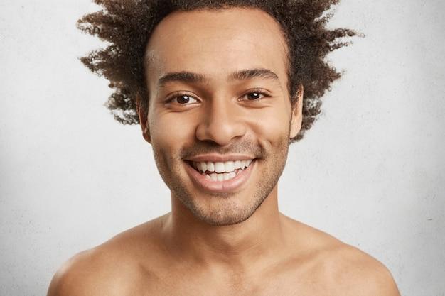 魅力的な外観の裸の男性のヘッドショット、喜んで笑顔、白い歯さえ見せます 無料写真