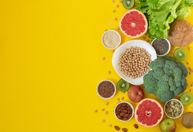 健康菜食主義者とビーガンフードの概念。抗酸化物質、繊維、ビタミンが豊富なオーガニック製品。上面図、コピースペース Premium写真