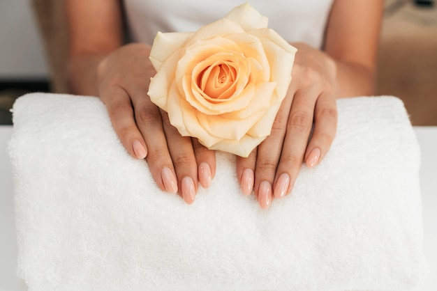 Bella manicure e fiori sani Foto Gratuite