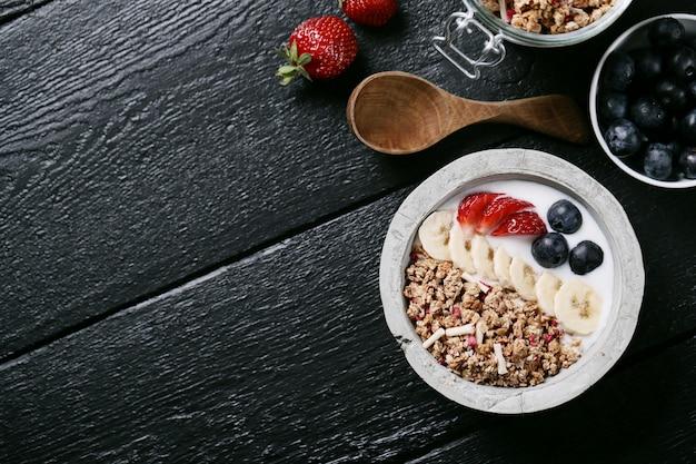 Здоровый завтрак с хлопьями и фруктами Бесплатные Фотографии