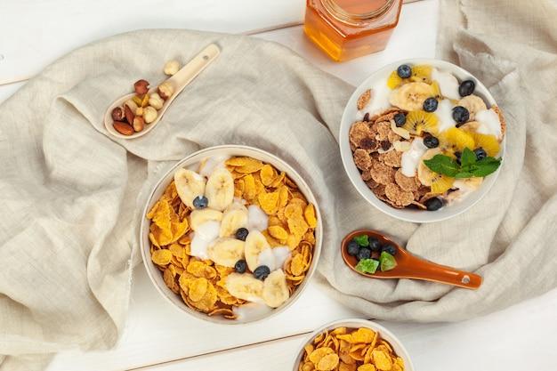 Healthy breakfast with flakes Premium Photo