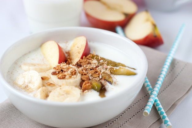Healthy breakfast with fruits and cereals Free Photo