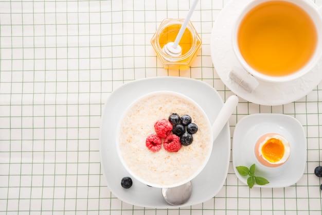 オートミール、卵、お茶、コピースペースで健康的な朝食 Premium写真