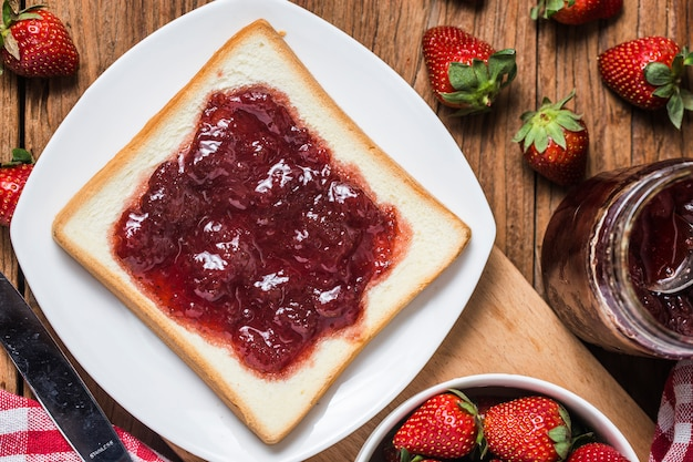 Healthy breakfast with strawberry jam Premium Photo