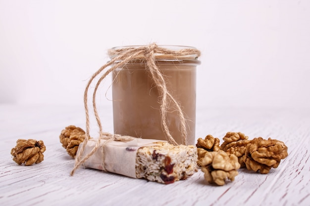 Здоровый коричневый коктейль с грецкими орехами лежит на столе Бесплатные Фотографии