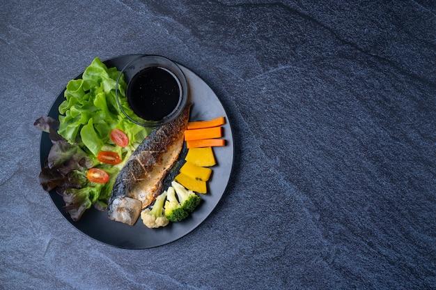 さばのグリル焼き、野菜ハーブ、和風タレのヘルシークリーンフード Premium写真