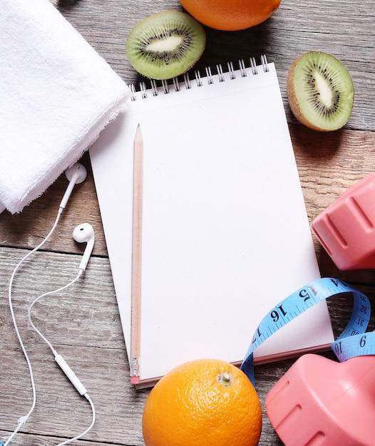 果物とノートブックの健康的な組成 無料写真