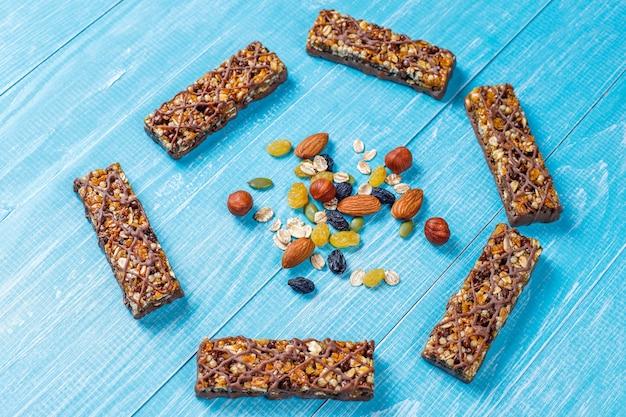 ヘルシーなデリシオスグラノーラバー、チョコレート、ミューズリーバー、ナッツとドライフルーツ 無料写真