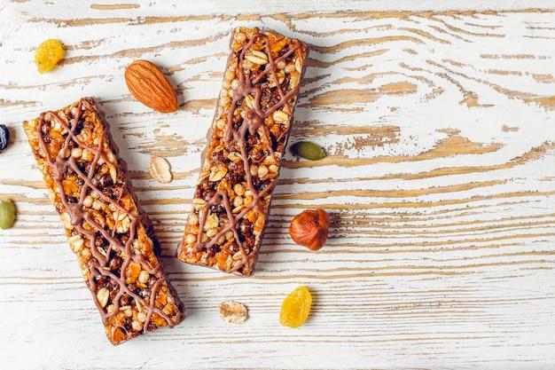 Здоровые батончики с шоколадом, батончики мюсли с орехами и сухофруктами, вид сверху Бесплатные Фотографии