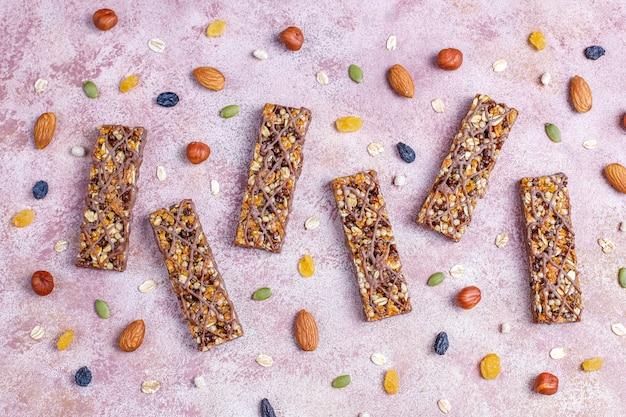 Здоровые батончики гранола delicios с шоколадом, батончики мюсли с орехами и сухофруктами, вид сверху Бесплатные Фотографии