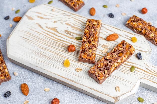 Здоровые батончики delicios granola с шоколадом, батончики мюсли с орехами и сухофруктами Бесплатные Фотографии