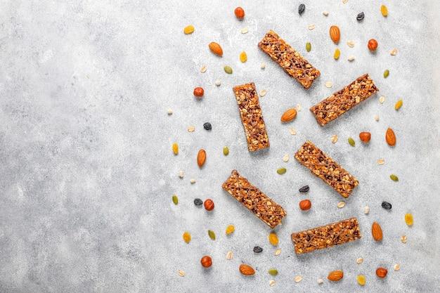 Здоровые вкусные батончики с шоколадом, батончики мюсли с орехами и сухофруктами, вид сверху Бесплатные Фотографии