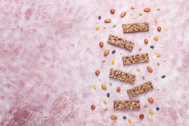 チョコレートの健康的なおいしいグラノーラバー、ナッツとドライフルーツのミューズリーバー、トップビュー 無料写真