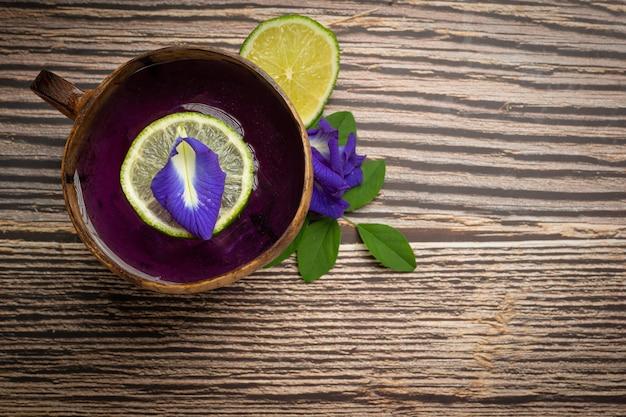 健康ドリンク、オーガニックブルーピースフラワーティーレモンとライム。 無料写真