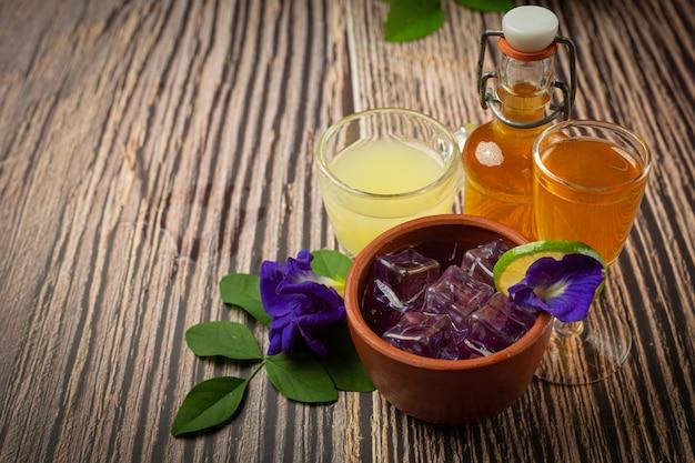 Полезный напиток, органический чай из цветов голубого горошка с лимоном и лаймом. Бесплатные Фотографии