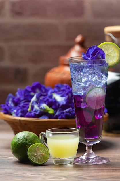 Bevanda salutare, tè biologico ai fiori di pisello blu con limone e lime. Foto Gratuite