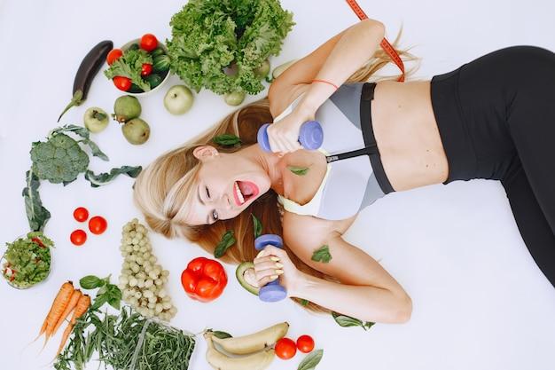 健康的な食事。ダイエットと人々の概念。床に横たわっている金髪。 無料写真