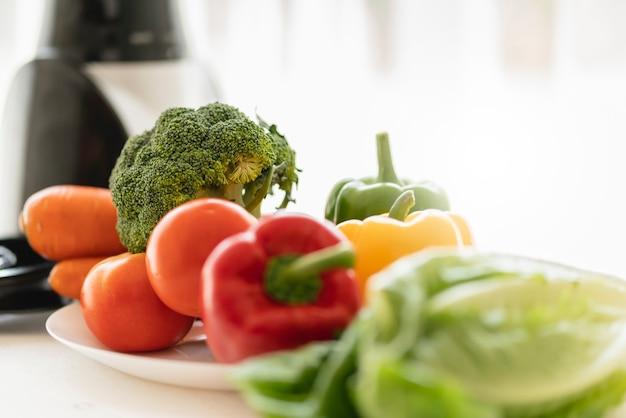 Здоровая еда и хорошая еда со свежим овощем с окном утреннего света блендера Premium Фотографии