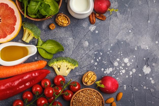 健康食品の背景、トレンディなアルカリダイエット製品-果物、野菜、穀物、ナッツ、オイル、暗い背景、トップビュー Premium写真