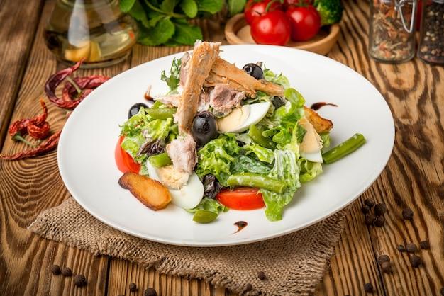 Здоровая еда красивая и вкусная еда на тарелке Premium Фотографии