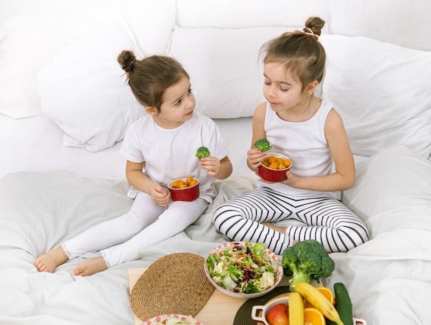 健康食品、子供たちは果物や野菜を食べます。 無料写真