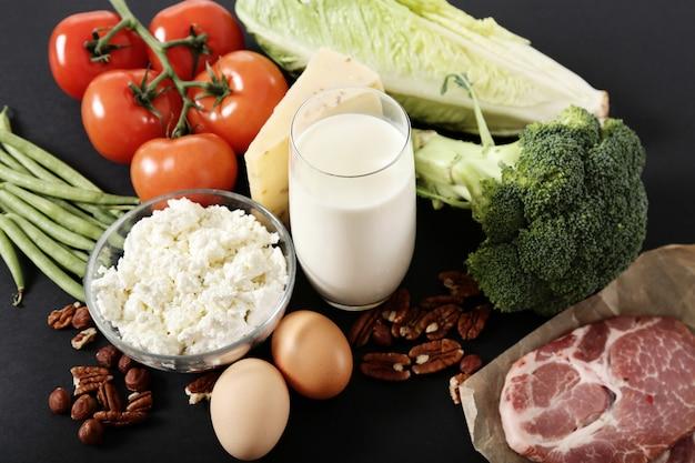 黒いテーブルの健康食品成分 無料写真