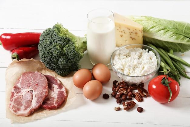白い木製のテーブルの上の健康食品成分 無料写真