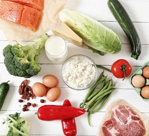 Здоровые пищевые ингредиенты на белом деревянном столе Бесплатные Фотографии